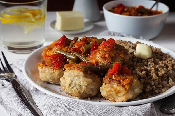 Мясные тефтели с овощным соусом