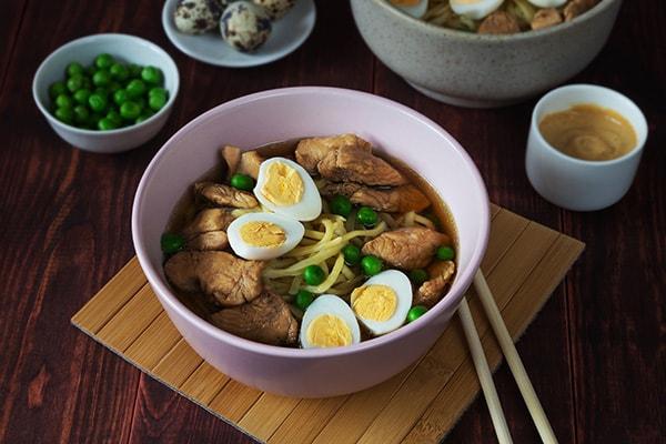 Суп рамен с куриным филе и лапшой