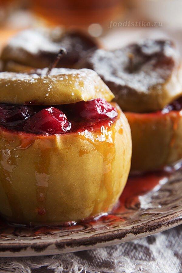 Запеченные яблок с клюквой и медом