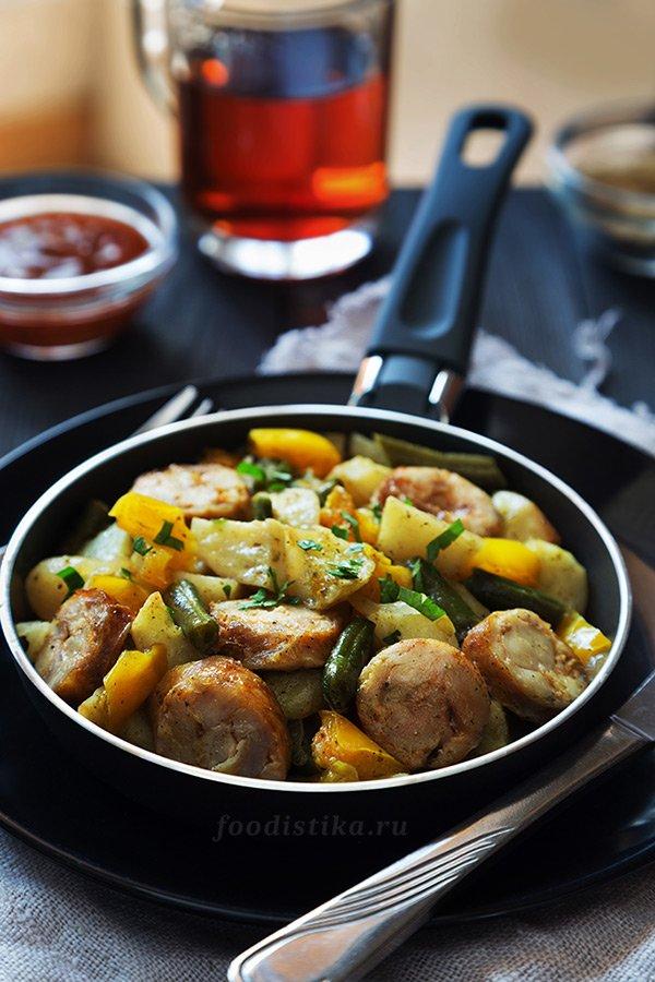 Картофель в духовке с купатами и болгарским перцем