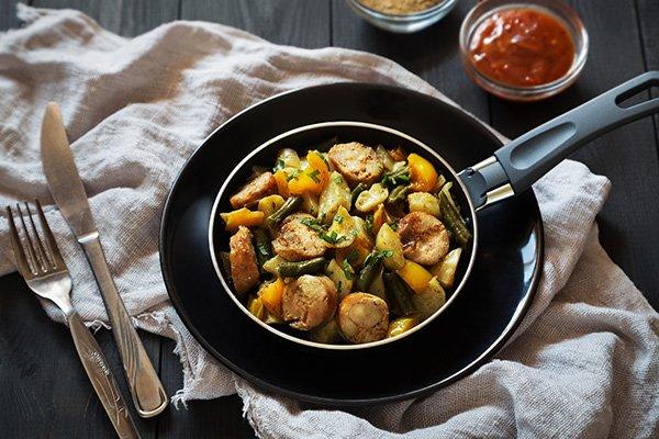 Картофель в духовке с купатами и перцем