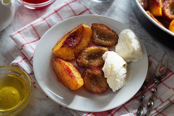 Запеченные фрукты с корицей и мороженым